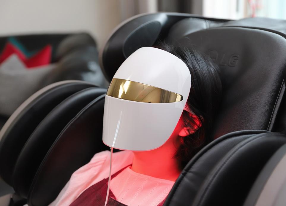 LG 프라엘 더마 LED 마스크 착용 모습