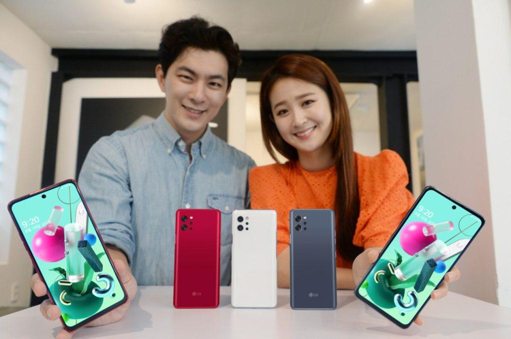LG전자가 26일 이동통신 3사, 자급제 채널을 통해 프리미엄 기능과 가성비를 갖춘 40만 원대 5G 스마트폰 'LG Q92'를 출시한다. 모델이 'LG Q92' 소개하는 모습