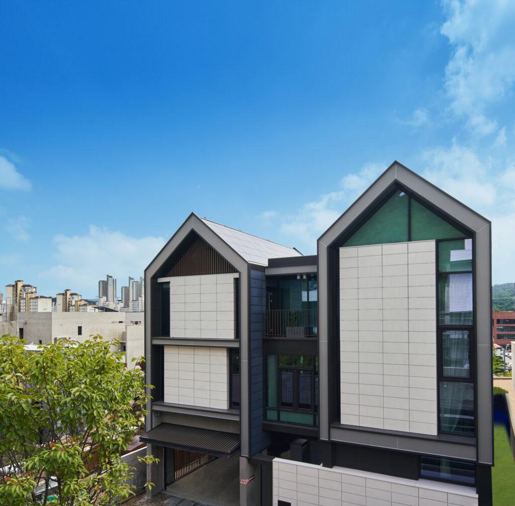 LG전자가 IFA 2020에서 혁신 제품과 솔루션을 총망라한 미래의 집 'LG 씽큐 홈'을 공개했다. LG 씽큐 홈은 코로나19 이후 변화하는 고객 라이프스타일을 반영해 '안심', '편리', '재미'의 세 가지 고객 가치를 제시한다. 이 건물 외벽에는 총 988의 태양광 패널을 적용해 건물일체형태양광발전(BIPV) 시스템을 구축했다. 경기도 판교신도시에 지하 1층, 지상 3층 규모로 지어진 LG 씽큐 홈의 전경.