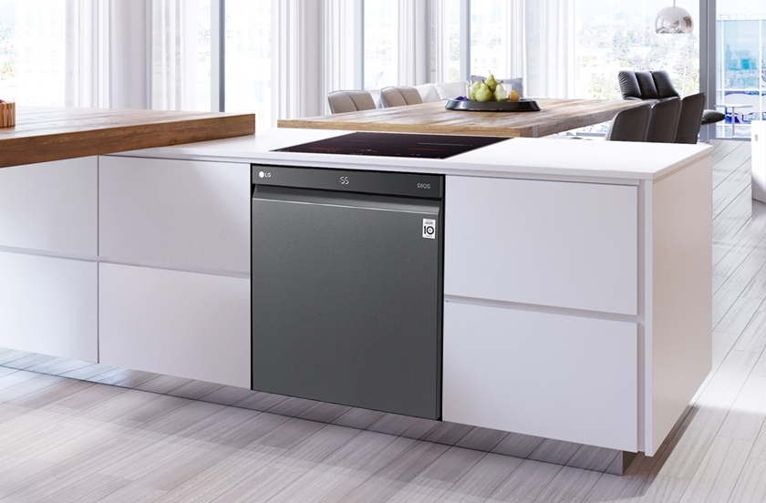 LG전자가 25일 '디오스 식기세척기 스팀' 빌트인 전용 신제품을 출시했다. 신제품은 120~150mm 높이인 대부분의 걸레받이를 절단하지 않고 설치가 가능하며, 도어 전면에 잔여시간이 표시돼 편리하다.