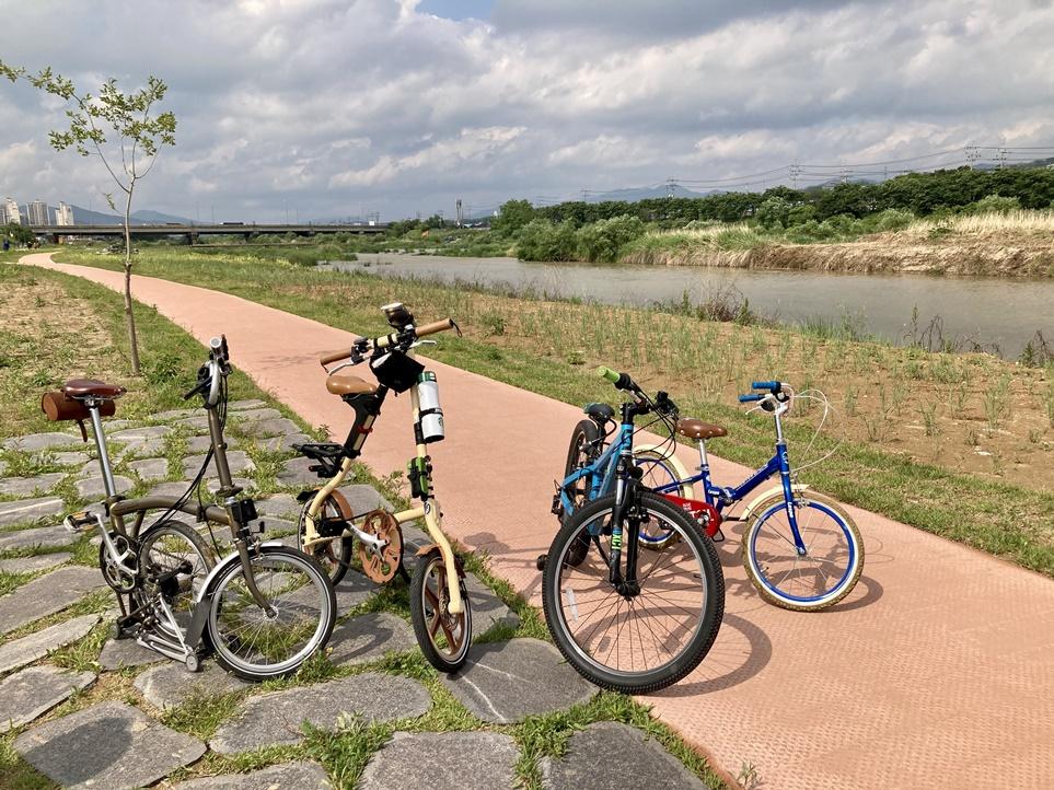 길 위에 세워져 있는 가족들의 자전거