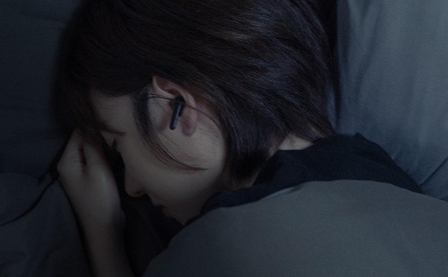 블루투스 이어폰을 끼고 엎드려 자는 모습
