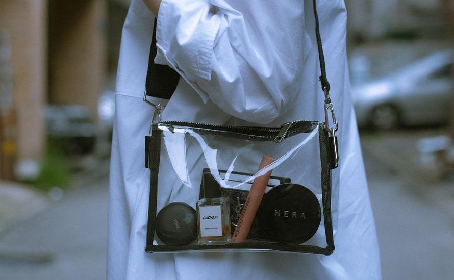 투명 쇼핑백 안에 LG 톤 프리가 담긴 모습