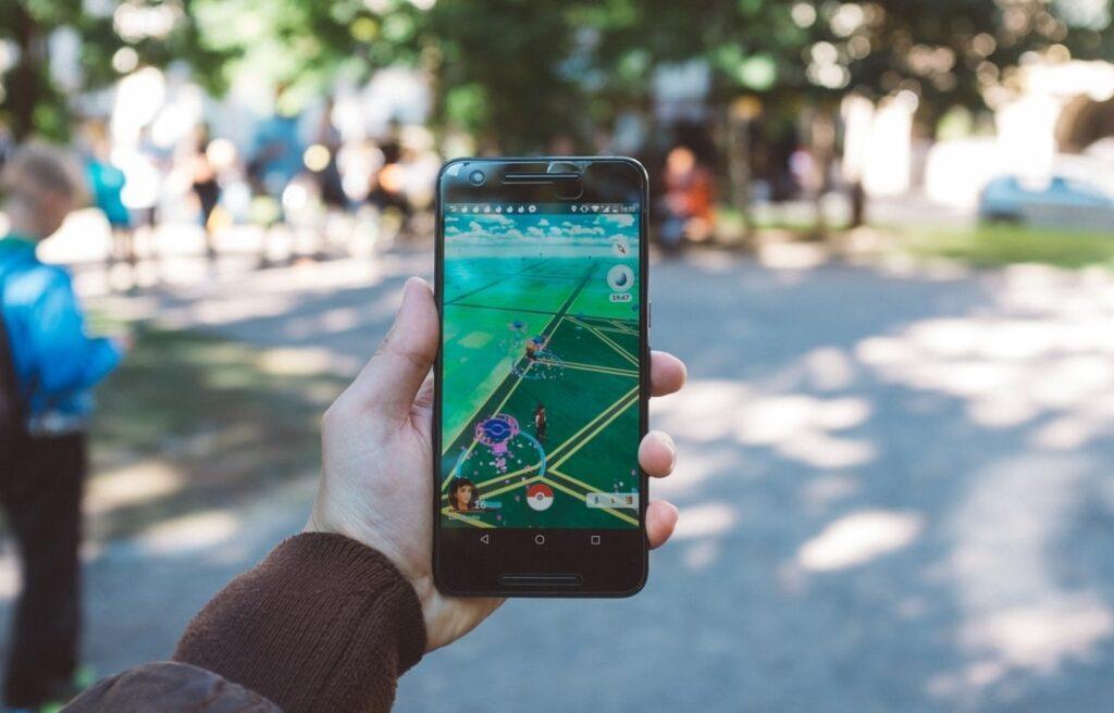 스마트폰으로 증강현실 모바일게임 포켓몬GO를 플레이하는 모습