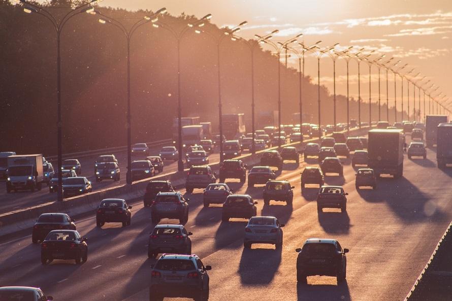 고속도로를 달리는 자동차들