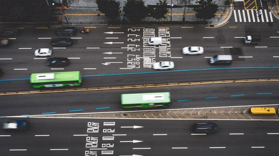 차선이 복잡한 도로를 달리는 자동차들의 드론 촬영 사진