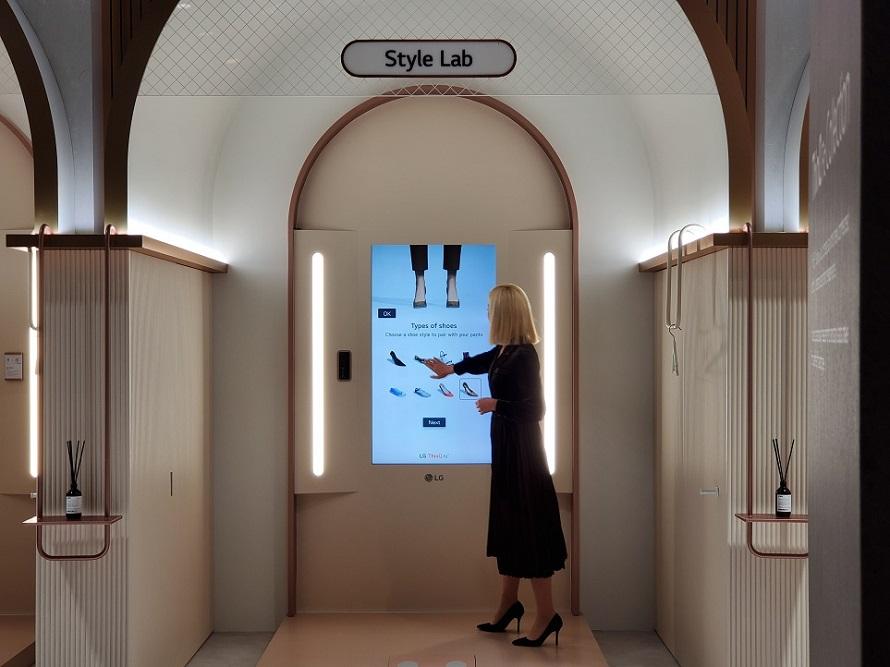 CES 2020 LG전자 부스 'LG 씽큐 커머셜 존'에서 씽큐 핏을 이용하는 모습