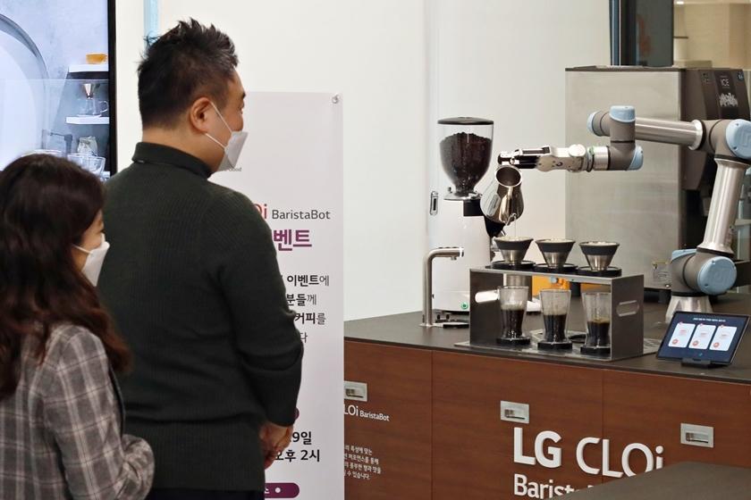 LG전자가 최근 서울 강서구 LG사이언스파크에서 임직원들을 대상으로 'LG 클로이 바리스타봇'을 소개하며 만족도 등을 조사하는 이벤트를 마련했다. LG전자 직원들이 LG 클로이 바리스타봇이 만드는 커피를 기다리고 있다.