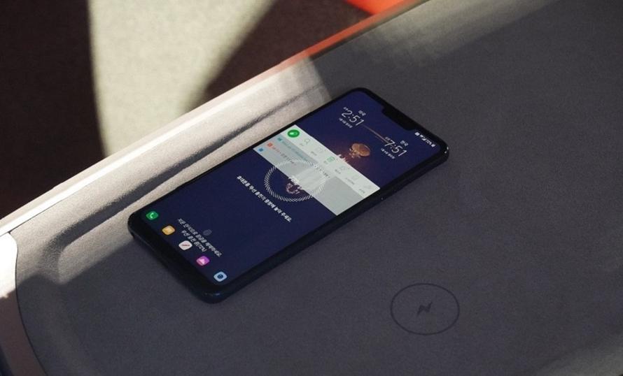 LG전자가 CES 2020에서 선보인 커넥티드카에서 무선충전기능으로 스마트폰을 충전하는 모습