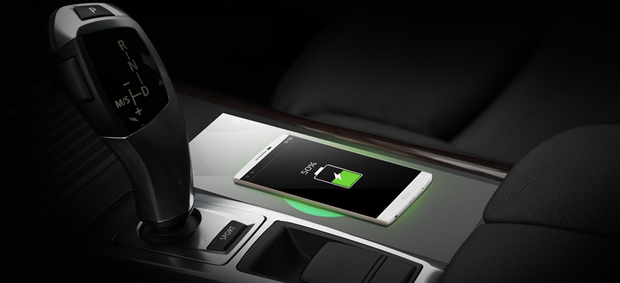 자동차에 탑재된 무선충전기능으로 충전중인 스마트폰 가상 이미지