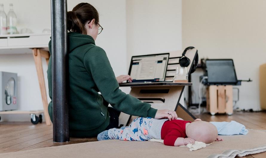 여성이 재택근무 중에 낮잠자는 아기도 돌보고 있는 모습