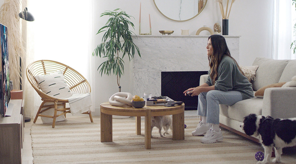 LG 올레드 TV로 거실에서 게임을 즐기고 있는 모습