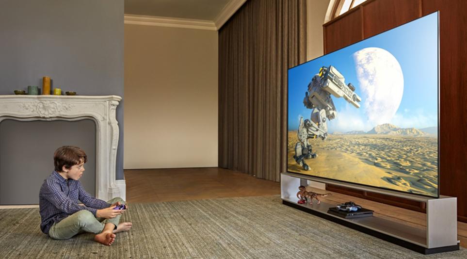 LG 올레드 TV를 통해 게임을 즐기는 어린이의 모습