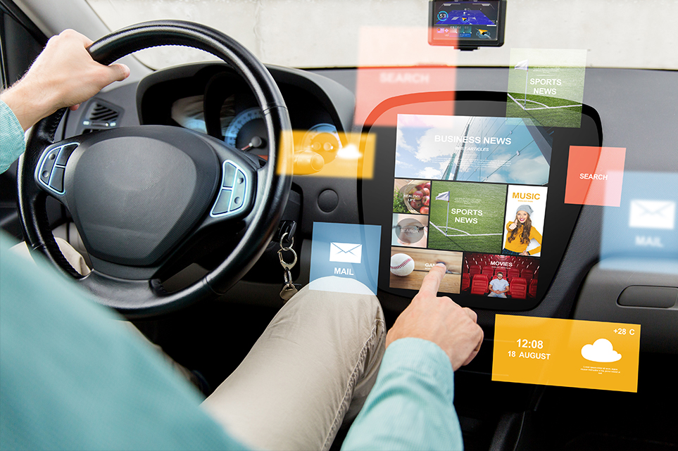자동차의 화면을 조작하는 운전자 주변으로 화면 레이어 창이 뜨는 모습 예시