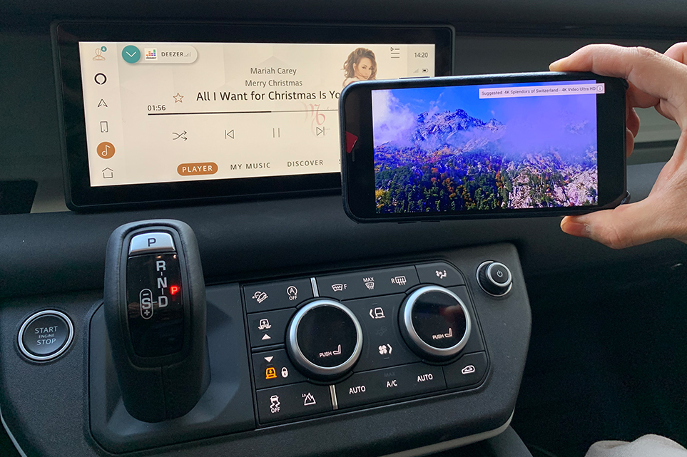 랜드로버 디펜더 차량의 AVN과 스마트폰을 핫스팟으로 연결하면 AVN으로 스마트폰의 음악을 들으면서 스마트폰으로는 유튜브를 즐길 수 있다.