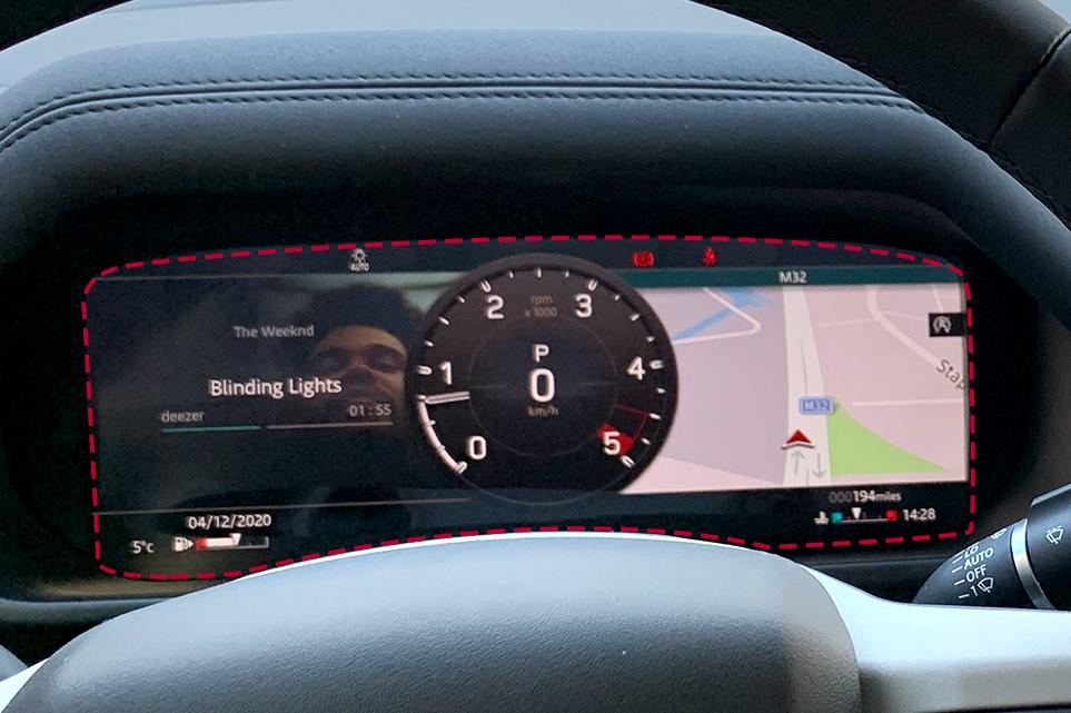 랜드로버 디펜더 차량의 클러스터에 음악재생, 엔진, 지도 등 다양한 정보를 띄워놓은 모습