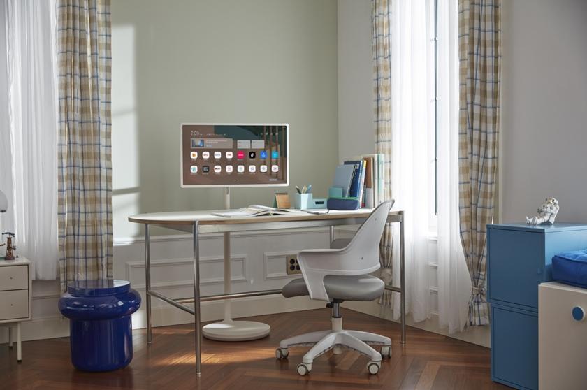 LG 스탠바이미가 집 안 책상에 배치되어 있는 모습.