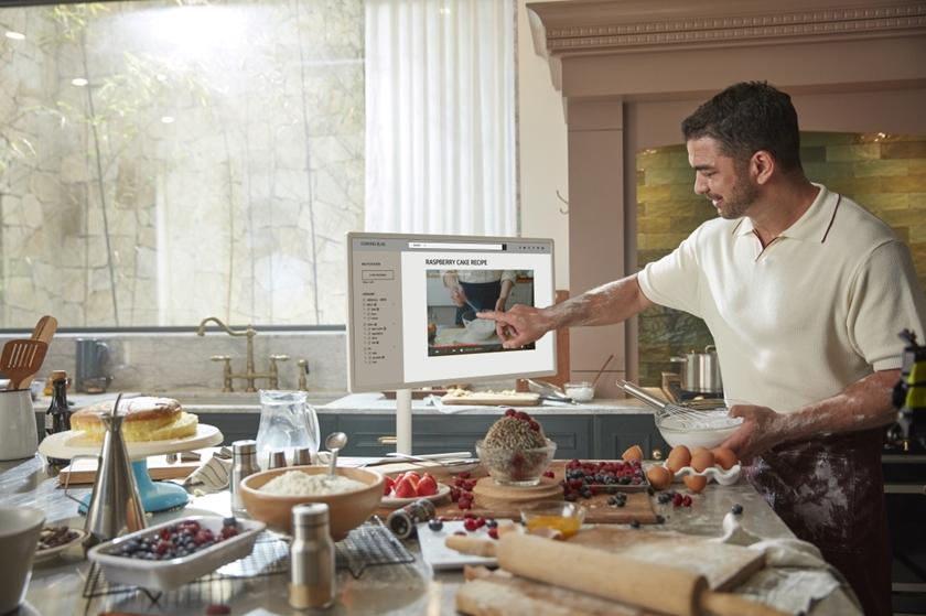 신개념 무선 프라이빗 스크린 LG 스탠바이미 요리하는 모습