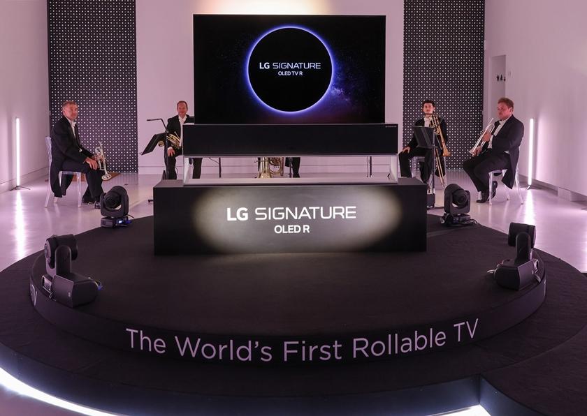 LG 시그니처 올레드 R가 런던을 대표하는 로열 필하모닉  오케스트라의 연주와 함께 무대에서 소개되고 있다.