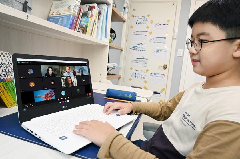 모델이 LG 웨일북으로 비대면 학습을 하고 있다.