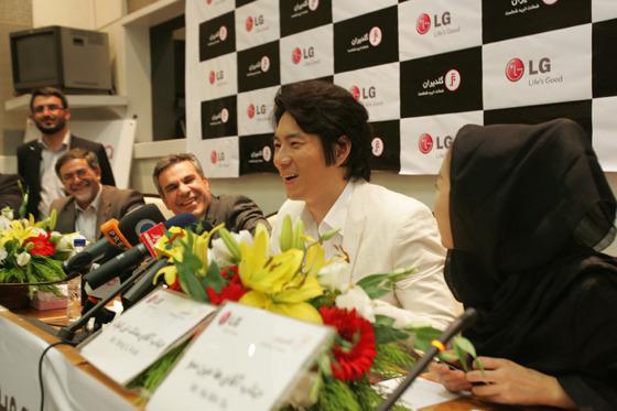 송일국 인터뷰 하는 모습