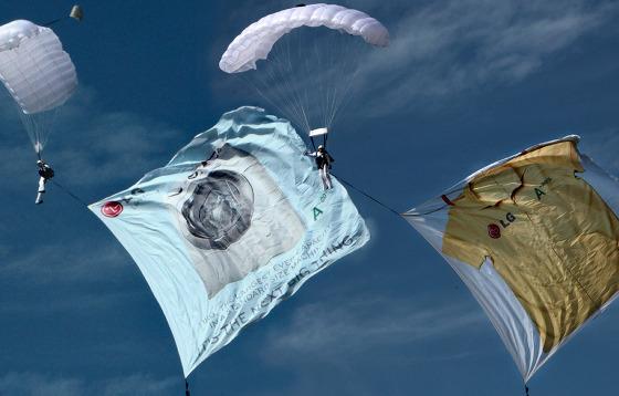 낙하산을 이용한 LG전자의 광고 사진