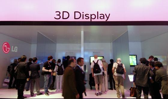 3D 디스플레이 존을 관람하는 모습