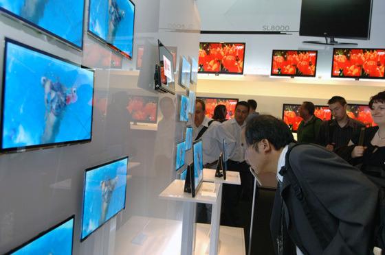 AM OLED TV를 관람하는 사진