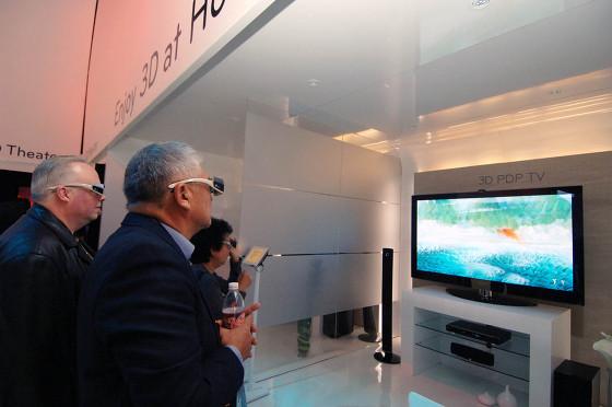 3D TV를 관람하는 사진