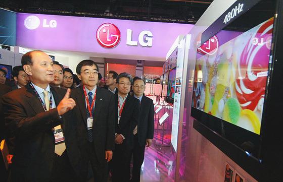 LED LCD TV를 관람하는 사진