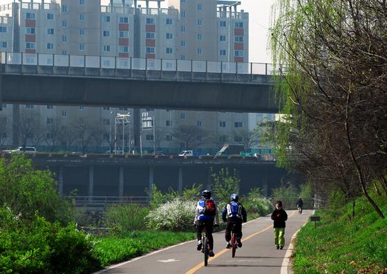 자전거 타는 모습