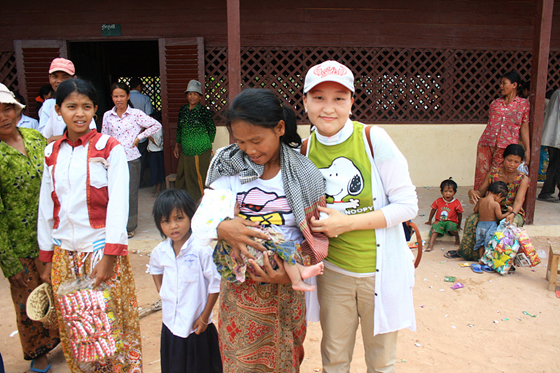 권미경 차장과 캄보디아 주민 사진
