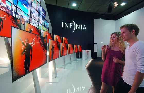 인피니아 TV를 관람하는 모습