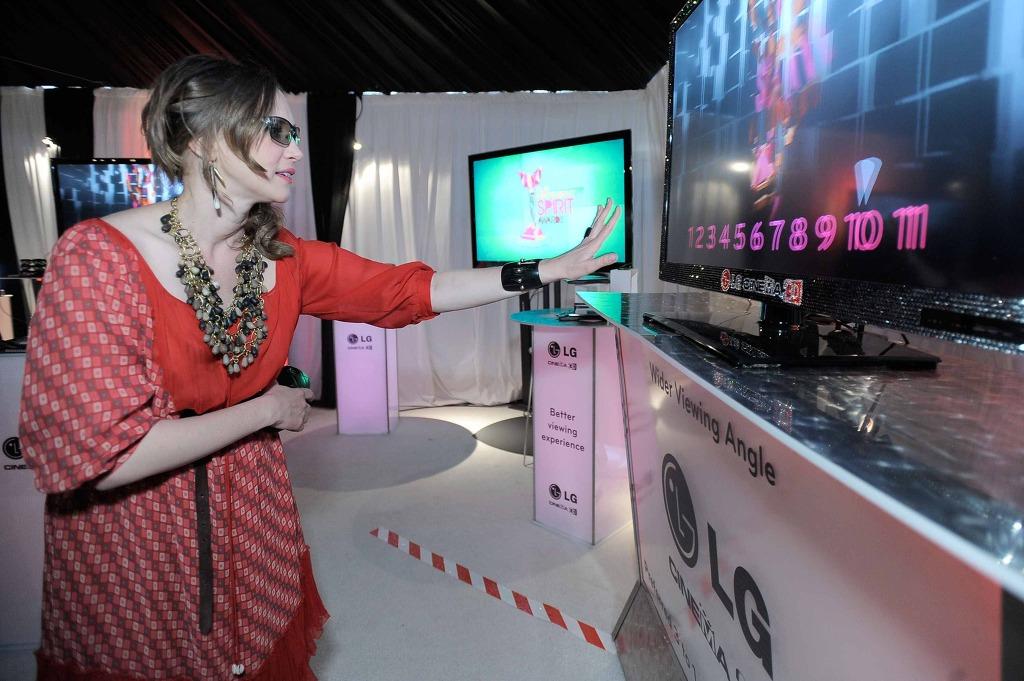 LG 시네마3D TV를 체험하고 있는 베라 파미가 모습