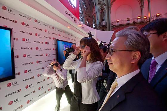 CINEMA 3D 관람하는 모습