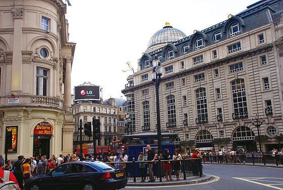 영국 런던 피카딜리 서커스의 LG 옥외 광고판 사진
