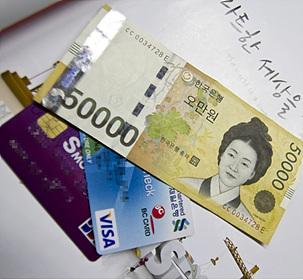신용카드와 지폐 사진