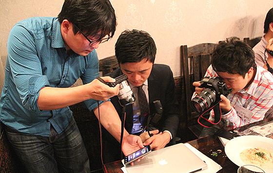 더 블로거들이 모여 각자의 사진기를 가지고 LG전자의 제품을 다각도로 꼼꼼하게 촬영하고 있다.