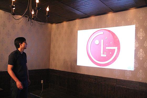 더 블로거 영민C가 나와 'LG전자에게 바라는 점'을 주제로 발표 중이며 화면에는 LG로고가 크게 새겨져 있다.