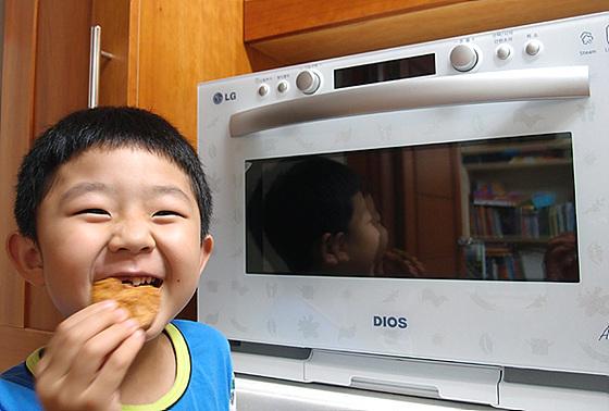 쿠키를 먹는 아이 사진