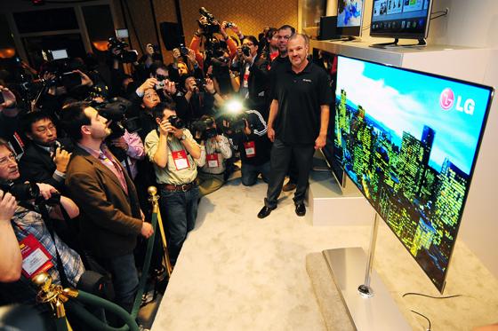 55인치 OLED TV 관람하는 사진