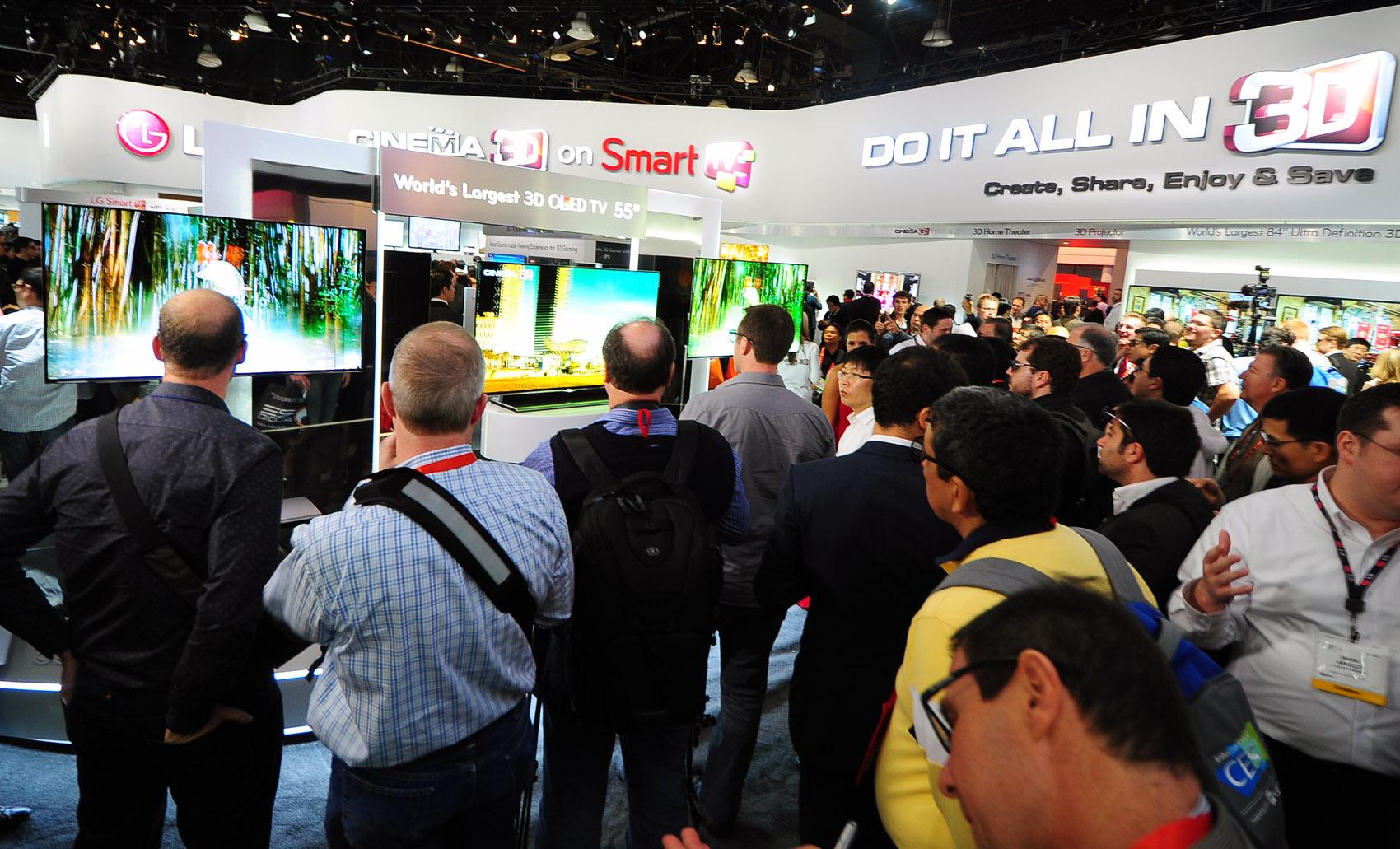 55인치 OLED TV 관람하는 모습