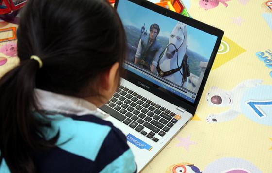 노트북으로 영화보는 사진